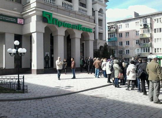Ουρά καταθετών σε Τράπεζα της Ουκρανίας